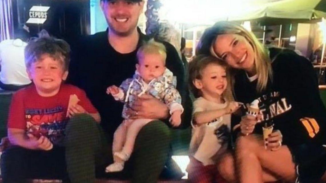 El cantante y la actriz junto a sus tres hijos: Noah, Elías y Vida.