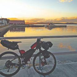 Conocemos la historia de Germán, que recorrió las Islas Malvinas en bicicleta para honrar a los soldados caídos.