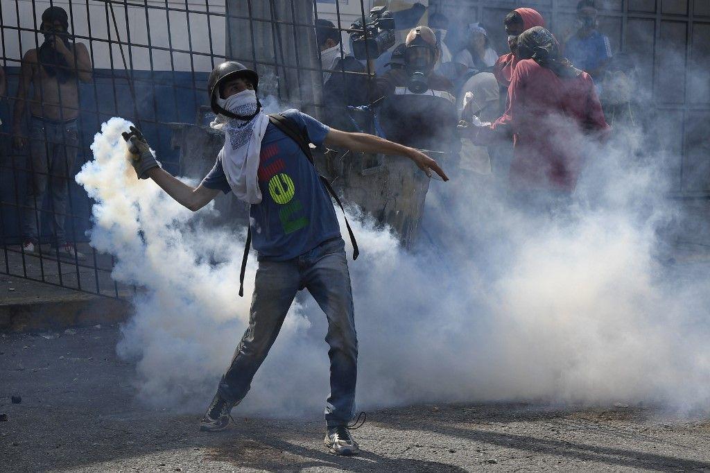 Miles de venezolanos se enfrentaron a las tropas leales a Nicolás Maduro que avanzaron sobre ellos con tanquetas en Caracas. En los enfrentamientos murió un joven y resultaron heridas más de medio centenar de personas, entre ellos un coronel de la Guardia Nacional.