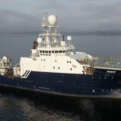 El RV Petrel es una embarcación mediana con una tripulación de apenas 10 tripulantes y un importante equipamiento tecnológico, que va desde robots autónomos hasta avanzados software.