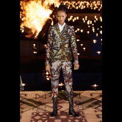 El desfile de Dior impactó por su particular puesta en escena a puro fuego