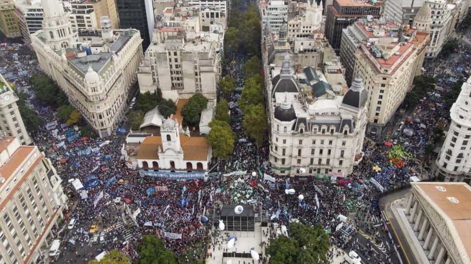 El paro convocado por el líder de los camioneros Hugo Moyano y la Central de los Trabajadores de la Argentina comenzó este martes 30 de abril con un acatamiento dispar a lo largo del país, debido a los gremios de la CGT que no se sumaron. Fotos Mario De Fina