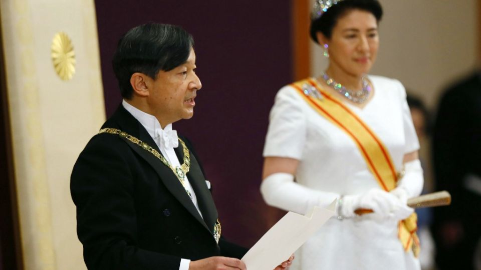 El nuevo emperador de Japón, Naruhito, ascendió formalmente el miércoles al Trono del Crisantemo, y abrió así una nueva era imperial en una solemne ceremonia realizada un día después de la abdicación de su padre, la primera en dos siglos.