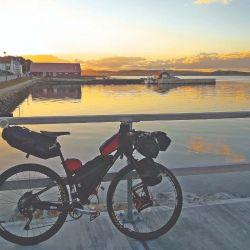 La bici de bambú a full de equipo en Puerto Argentino, el día de la llegada.
