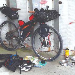 La bicicleta equipada a full.