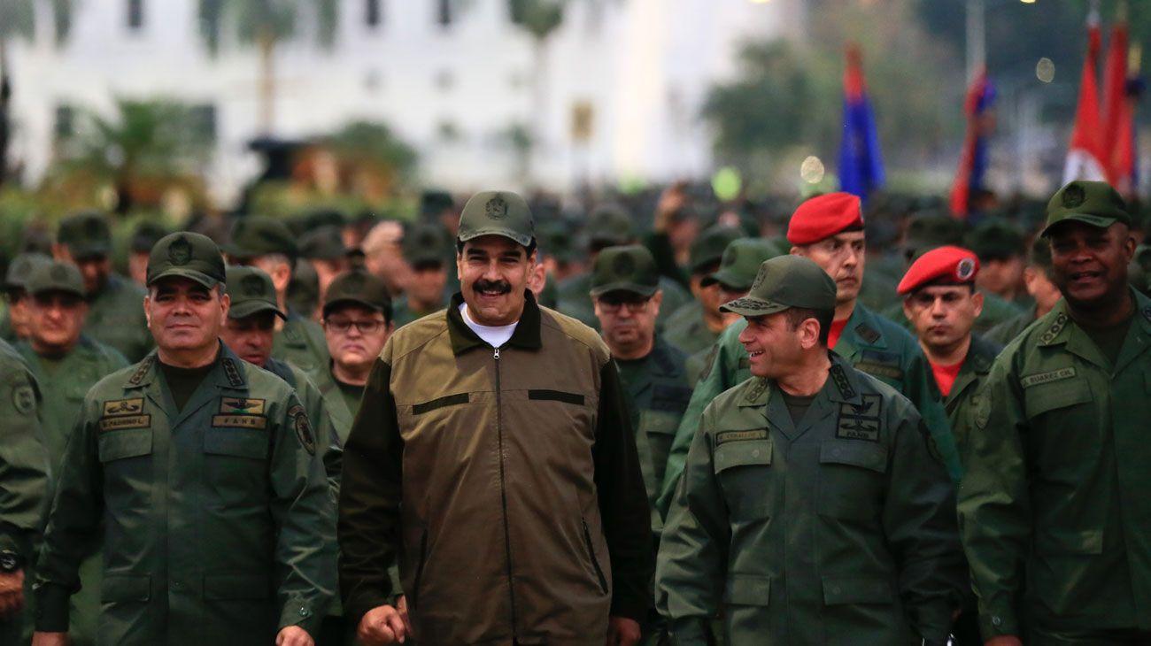 """El presidente de Venezuela, Nicolás Maduro, junto a tropas militares acompañado por el Ministro de Defensa Vladimir Padrino en el """"Fuerte Tiuna"""" en Caracas."""