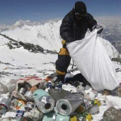 El paso de tantos escaladores ha dejado una enorme cantidad de basura en las alturas, incluso cadáveres.