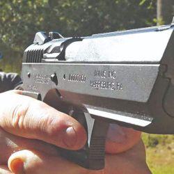 Basada en la CZ 75, mantiene su sistema de palancas con cinemática inversa.