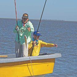 Chichi y Julián palmo a palmo con los pejerreyes. Muchos piques y muy cerca del bote.