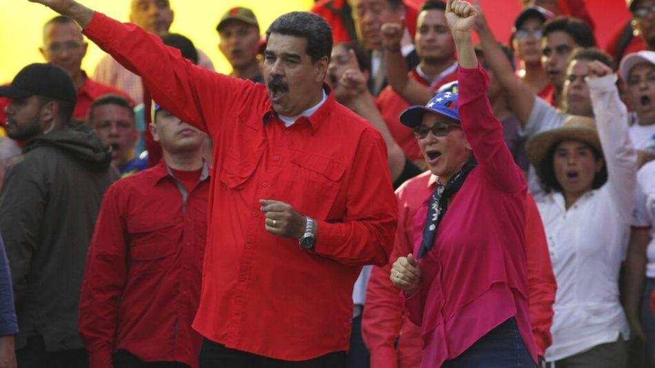 El presidente de Venezuela, Nicolás Maduro y su esposa Cilia Flores saludan a los simpatizantes en Caracas, Venezuela, el 1 de mayo.