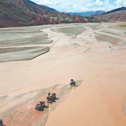 Atravesando el río San Juan de Oro, que forma el límite con Bolivia. En esta parte tiene 200 m de ancho.