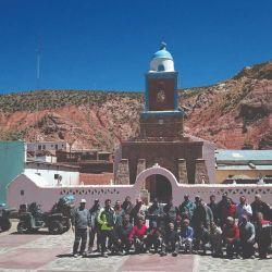 El grupo que llevó a cabo esta travesía frente a la iglesia de Coranzulí. Según reza un cartel, esta construcción data de 1899.