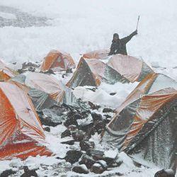 Comenzó a nevar en el campamento alto, al fondo del Anfiteatro y debajo del Pico 4.