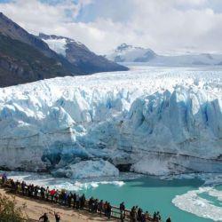 El glaciar Perito Moreno se extiende desde la cordillera de los Andes hasta el lago Argentino.