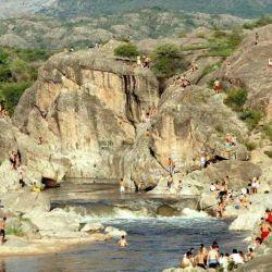 El río Mina Clavero es un sitio muy concurrido durante el verano.