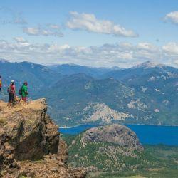 El Parque Nacional Nahuel Huapi está conformado por bosques, cerros nevados y una gran cantidad de lagos, arroyos y ríos.