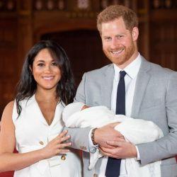 El Principe Harry y Meghan Markle presentaron al bebé