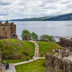 El casitllo de Urquhart en Escocia encierra tantos misterios como exhibe hermosos paisajes en la zona.