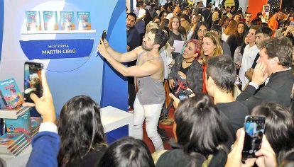 Presentación. El miércoles pasado, miles de jóvenes se acercaron al stand donde Martín Cirio, más conocido como La Faraona, estuvo firmando ejemplares de su libro El diario de Sandy (Planeta), que llegó al ranking de los cien más vendidos.