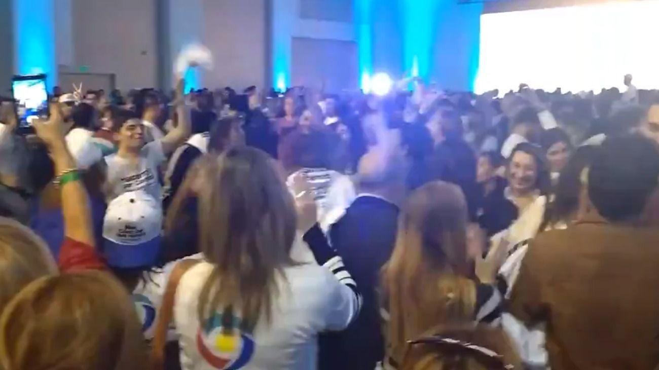 """""""Es para Macri que lo mira por TV"""", cantan los militantes de Schiaretti."""