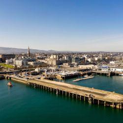 Vista general de la zona del puerto de Dublín en el que se hizo la competencia de clavados organizada porRed Bull.