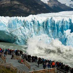 Un clásico: disfrutar de los picos azulados del glaciar Perito Moreno.