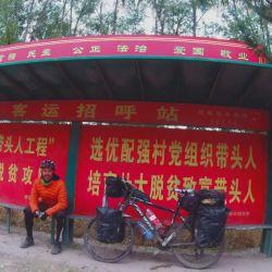 Descanso en una parada de colectivo antes de llegar a Pekín.