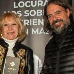Fabricio Portelli junto a la feliz ganadora del Henry autografiado por Juan Roby, su creador