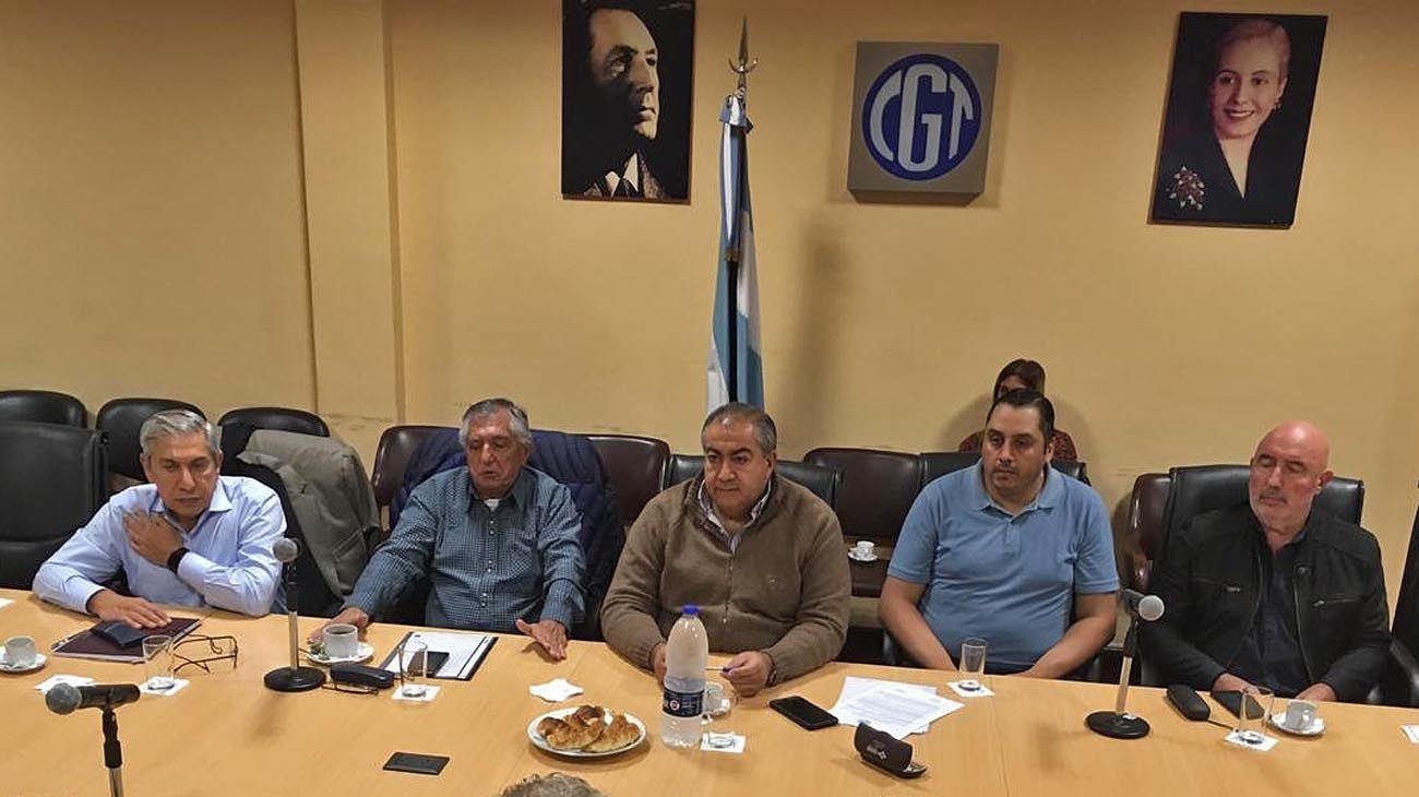 cumbre. Dirigentes del Triunvirato de San Cayetano se reunieron ayer en Azopardo con la cúpula de la CGT para definir su adhesión a la protesta contra el Gobierno.