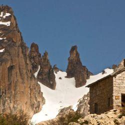 Desde el cerro Catedral, la caminata al refugio Frey es imperdible, tanto como la llegada a las Cavernas del Viejo Volcán.