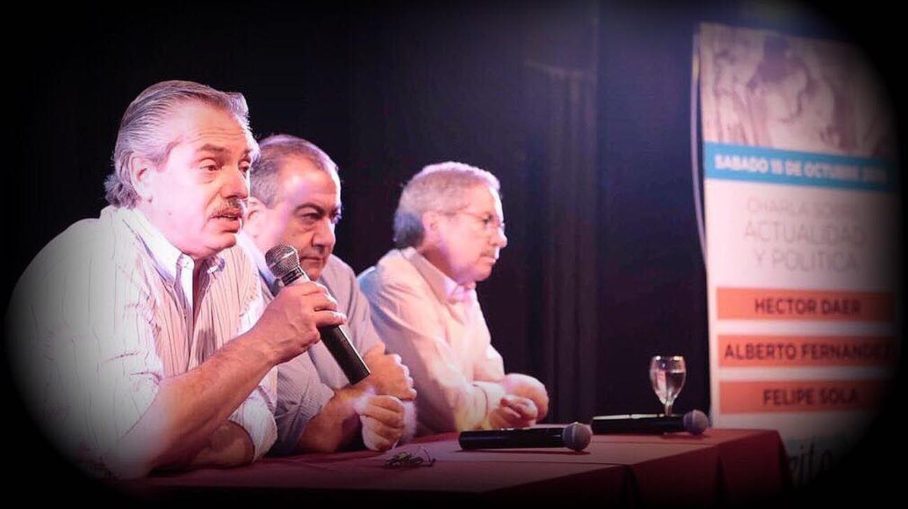 UNIDAD. Fernández con Daer y Solá hablando sobre el peronismo antes de las elecciones de 2017.