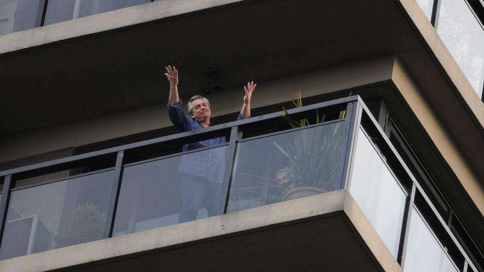 Alberto Fernandez en el balcón de su residencia en la Capital Federal, luego de conocerse su candidatura como compañero de formula de Cristina Fernandez de Kirchner.