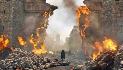 El final. El capítulo que se emite esta noche aún no posee título, pero en un breve resumen aclara que Daenerys Targaryen deberá enfrentar a los sobrevivientes de la masacre.