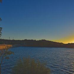 Hermoso paisaje del dique Pichanas coloreado por el amanecer.