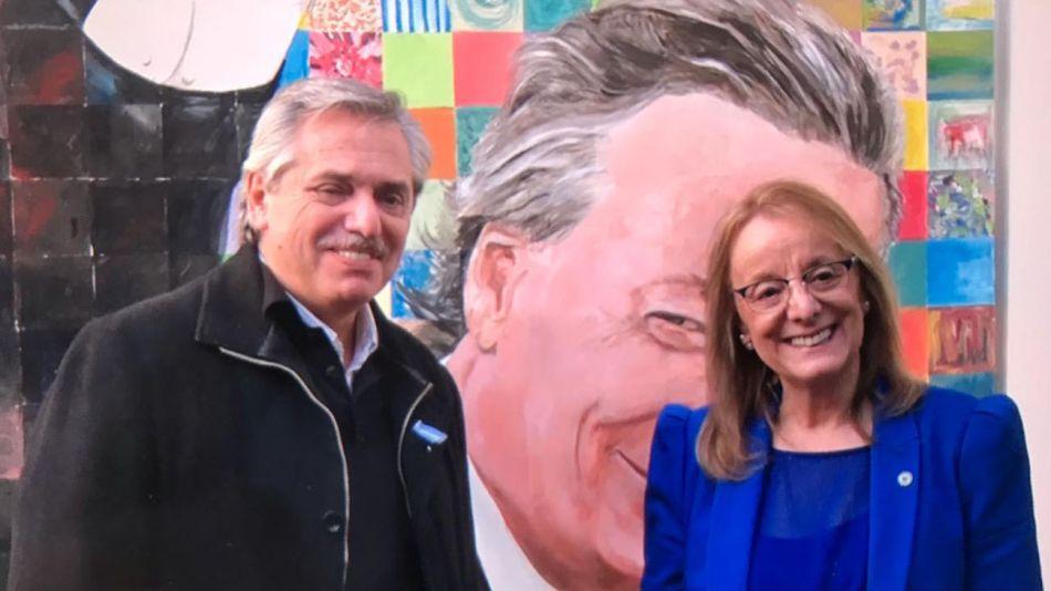 Alberto Fernández y Alicia Kirchner, frente a un mural de Néstor Kirchner