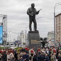 Rusia construyó un monumento en honor a Mijaíl Kaláshnikov.