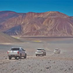 Las 4x4 surcando el imponente paisaje montañoso.