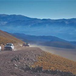 La caravana avanza por la ruta de las alturas.