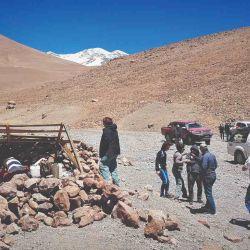 Campamento Base Mar del Plata, con las cumbres nevadas del Pissis asomándose.