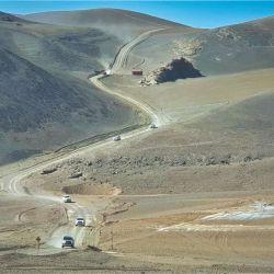 La caravana desciende hacia la laguna Aparejos y Las Lágrimas, pasando frente al Refugio Nº 1.