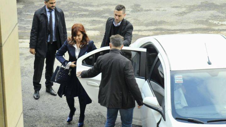 Cristina Fernández de Kirchner en Comodoro Py: Look sobrio y una gran sonrisa