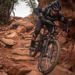 En el enduro se tiene que lidiar con piedras sueltas, escalones naturales, raíces y hasta algún obstáculo que haya que saltar.