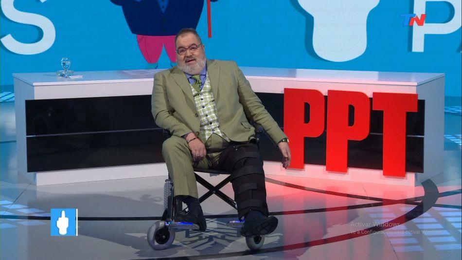 """Jorge Lanata cuando se quebró la pierna en 2017 y condujo el programa """"Periodismo Para Todos""""."""