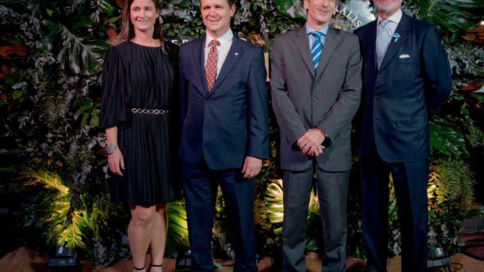 Laura Blaquier, Pablo Plá (presidente de Ingredion), Julián Rodríguez, y Guillermo Hang, director general de Techint, en la cena de recaudación de Universidad Austral, 2019..