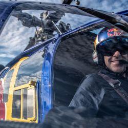 El piloto Red Bull antes de partir hacia su exhibición acrobática.