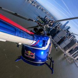 Volteretas y sambullidas de trompa fueron algunas de las acrobacias que hizo el piloto Red Bull.