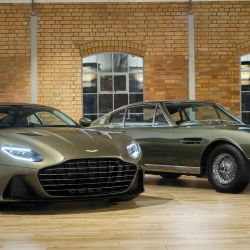 El Aston Martin DBS Superleggera OHMSS Edition junto al DBS del film de James Bond de 1969.