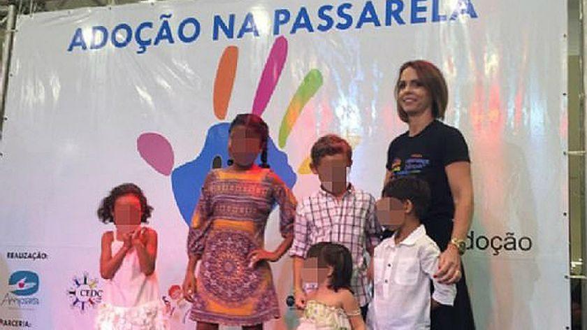 Polémica por un desfile en un shopping para adoptar chicos — Brasil