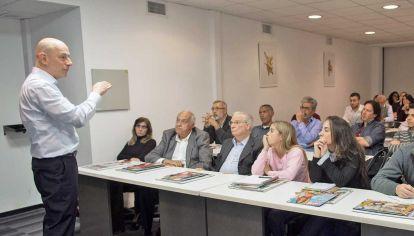 """Atentos. Gran cantidad de público asistió a la charla """"Análisis electoral: partidos, candidatos, y encuestas"""", del consultor político Sergio Berensztein."""