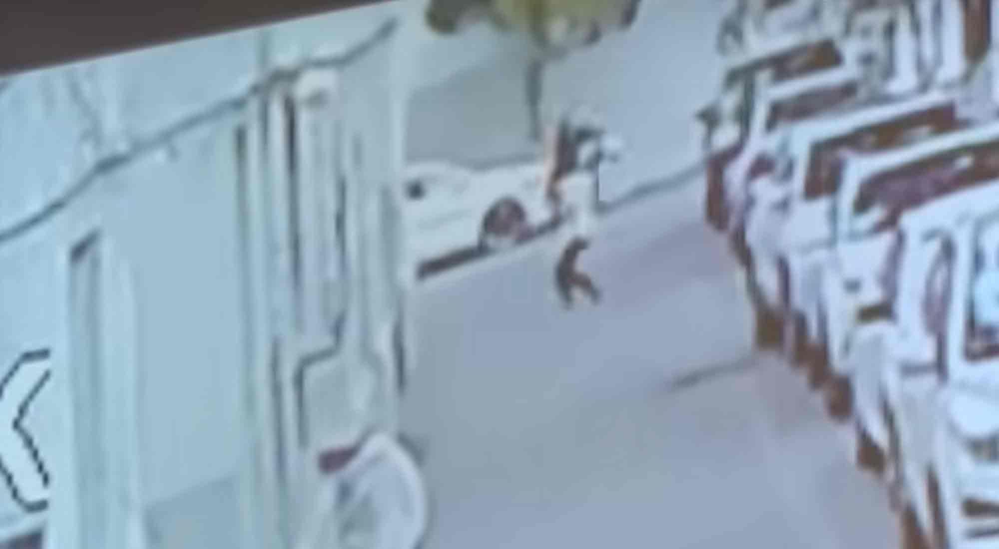 China: arriesgó su vida para salvar a un bebé que cayó de un 5º piso